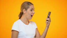 Femme heureuse employant l'application de smartphone, étonnée par remise de achat en ligne banque de vidéos