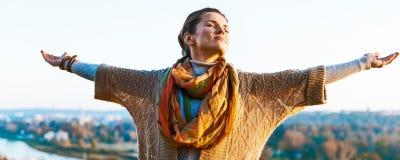 Femme heureuse en automne dehors dans la réjouissance de soirée Photo libre de droits