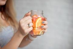 Femme heureuse en gros plan avec le verre de limonade fraîche d'été avec la paille Jeune fille caucasienne 20-25 années à l'intér photo stock