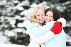 Femme heureuse en hiver dehors Images libres de droits