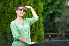 Femme heureuse en stationnement photographie stock