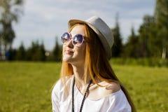 Femme heureuse en stationnement Photo libre de droits