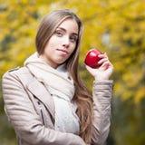 Femme heureuse en stationnement d'automne Photos stock