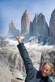 Femme heureuse en Torres del Paine Mountains Photographie stock libre de droits