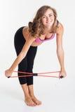 Femme heureuse enceinte faisant des sports avec une bande élastique Image libre de droits