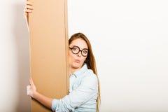 Femme heureuse entrant dans la boîte de transport d'appartement Photographie stock