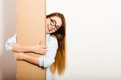 Femme heureuse entrant dans la boîte de transport d'appartement Photo stock