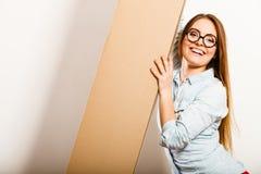 Femme heureuse entrant dans la boîte de transport d'appartement Images libres de droits