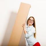 Femme heureuse entrant dans la boîte de transport d'appartement Photos stock
