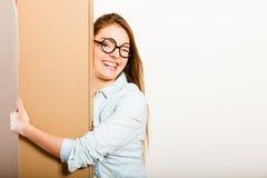Femme heureuse entrant dans la boîte de transport d'appartement Photos libres de droits
