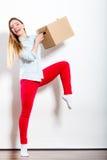 Femme heureuse entrant dans la boîte de transport de maison Image stock