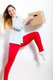 Femme heureuse entrant dans la boîte de transport de maison Photos stock