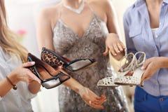 Femme heureuse essayant de choisir des chaussures photos libres de droits