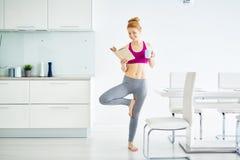 Femme heureuse et en bonne santé à la maison photographie stock libre de droits