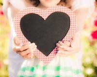 Femme heureuse et enfant tenant le coeur Photo libre de droits