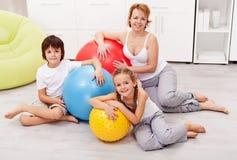 Femme heureuse et enfants s'exerçant à la maison photo libre de droits