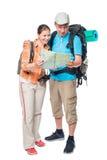 Femme heureuse et homme étonné avec une carte avec des sacs à dos Images libres de droits