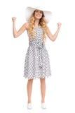 Femme heureuse et sûre dans la robe d'été et le chapeau de Sun Photographie stock libre de droits