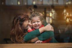 Femme heureuse exprimant l'amour à son enfant Photo stock