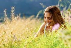 Femme heureuse extérieure Photographie stock libre de droits
