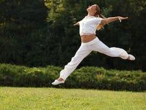 Femme heureuse extérieure. La fille sautante se sent libre. Concept de liberté. Images stock