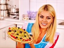 Femme heureuse faisant cuire la pizza Image libre de droits