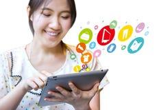 Femme heureuse faisant des emplettes en ligne Image stock