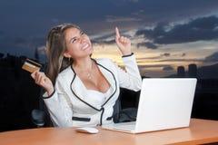 Femme heureuse faisant des emplettes en ligne avec la carte de crédit images libres de droits