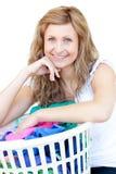 Femme heureuse faisant la blanchisserie image stock