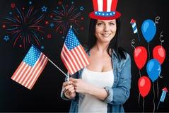 Femme heureuse gaie célébrant le Jour de la Déclaration d'Indépendance Images stock