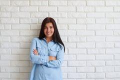 Femme heureuse heureuse souriant avec des bras croisés Photo stock