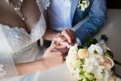 Femme heureuse, homme s'asseyant à la table en café, restaurant beaux couples des jeunes parlant, tenant des mains, souriant Images stock