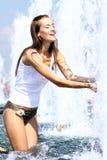 Femme heureuse humide sous la pluie Image stock