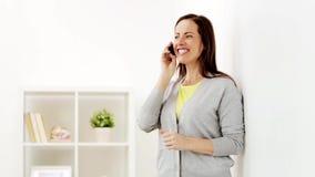 Femme heureuse invitant le smartphone à la maison banque de vidéos