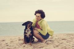 Femme heureuse jouant avec un chien Photo libre de droits