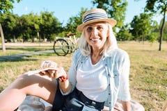 Femme heureuse joyeuse tenant un croissant Photo libre de droits