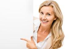Femme heureuse jugeant le sourire de plaquette d'isolement sur le fond blanc Photos libres de droits