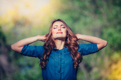 Femme heureuse libre appréciant la nature extérieur Liberté photos libres de droits