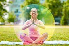 Femme heureuse méditant en parc d'été photo stock