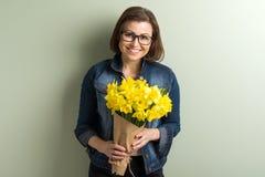 Femme heureuse mûre tenant le bouquet image libre de droits