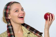 Femme heureuse mangeant Apple verger, fille de jardinier avec le panier de pomme vitamine et nourriture suivante un régime Organi photo stock