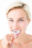 Femme heureuse mettant son bouclier de gomme Photo stock