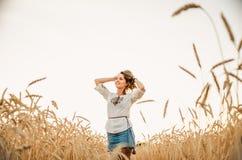 Femme heureuse mignonne sur le champ de blé d'été Photos libres de droits