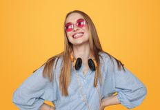 Femme heureuse moderne de hippie avec des écouteurs image stock