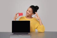 Femme heureuse montrant l'écran noir vide de comuter Photos libres de droits