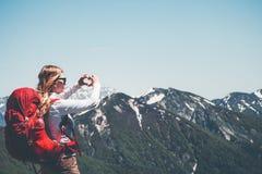 Femme heureuse montrant l'amour de coeur à la main Photos stock