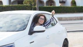 Femme heureuse montrant la clé de la nouvelle voiture dehors clips vidéos