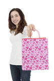 Femme heureuse montrant le sac de cadeau Images libres de droits
