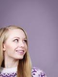 Femme heureuse montrant ses accolades sur des dents images stock