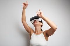 Femme heureuse obtenant expérience utilisant des verres de casque de VR de réalité virtuelle à la maison beaucoup les mains gesti Photographie stock libre de droits